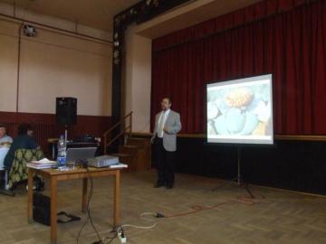 Papp László a Debreceni Egyetem Botanikus Kert igazgatója, Társaságunk tiszteletbeli elnöke előadás közben.
