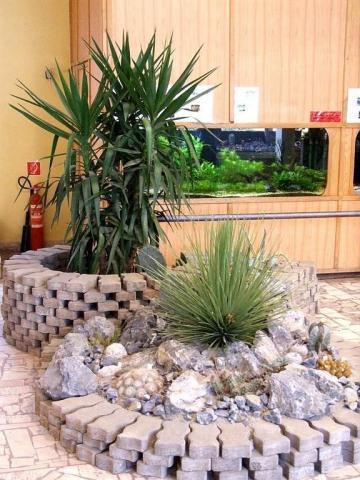 Sziklakert jukkával, agavéval és kaktuszokkal.