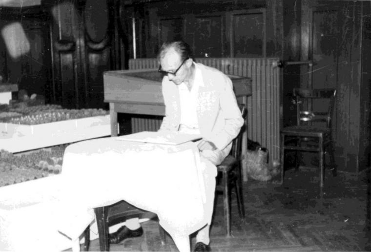 Szabó Dezső a vendégkönyvet tanulmányozza a kiállítás idején.